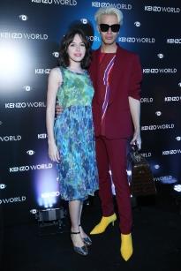 Candela Vetrano junto al diseñador Santiago Artemis en el lanzamiento de la fragancia Kenzo World