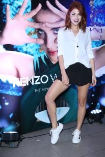 Stephie Demner participó en el lanzamiento de Kenzo World. Stephie representa la diversidad, uno de los atributos de la fragancia