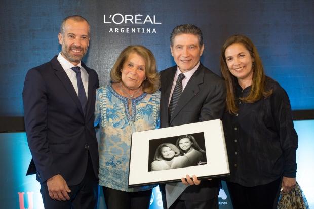 Marcelo Zimet, Director de L'Oréal Argentina y Pierre-Henri Guignard, Embajador de Francia en Argentina entregan el retrato a Sandra Mihanovic y Mónica Cahen D'Anvers