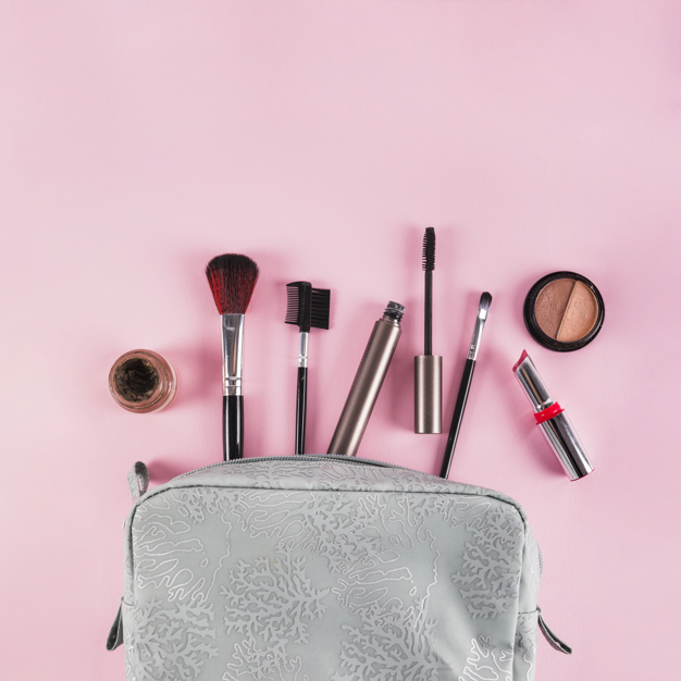 productos-maquillaje-que-derraman-fuera-bolso-fondo-rosado_23-2147879023.jpg