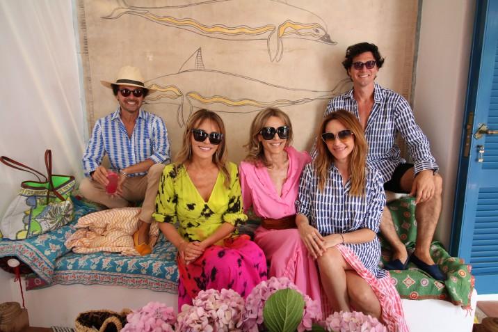 Wally Diamante, Patricia y Rosella della Giovampaola, Vero Lozano y Facu Garayalde en la casa de Roberta Freymann para la presentación de Ro´s Garden